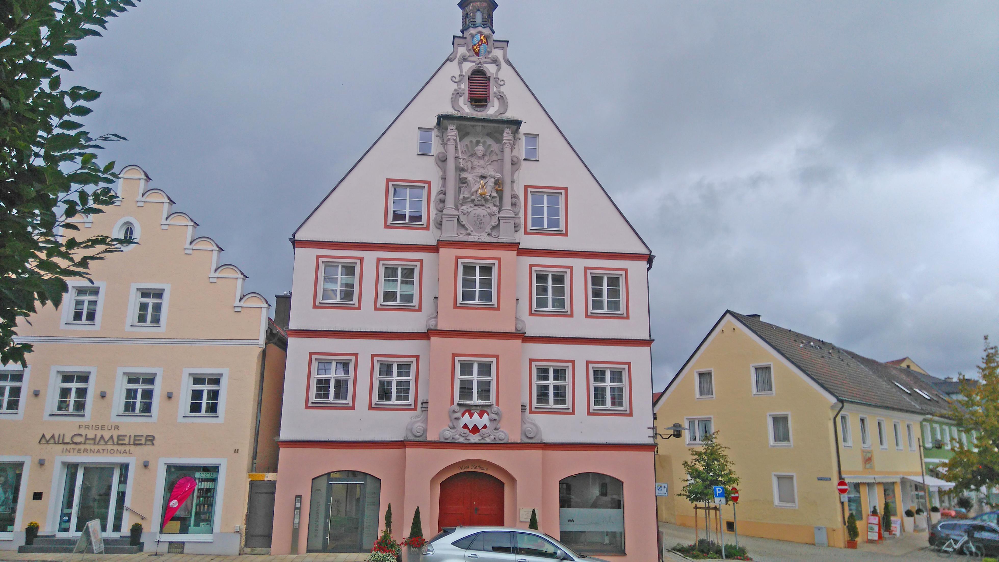 Geisenfeldin vanhan kaupungintalon katolla pesii kattohaikara.